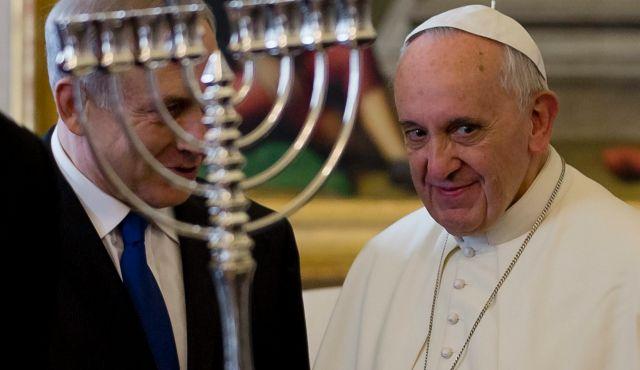 Francisco com os judeus e sua menorá