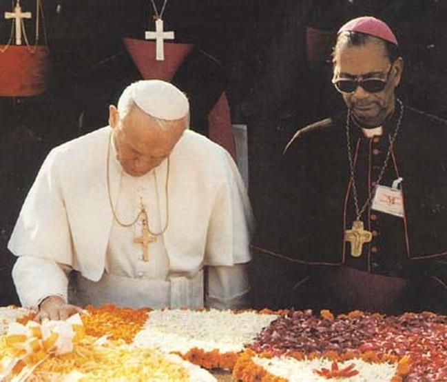 João Paulo II louvando e bendizendo o pagão Mahatma Gandhi