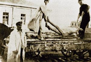 NKVD carregando os cadáveres das vítimas de fome em um trém
