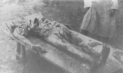 O cadáver de Ilya Sidorenko, dona de uma loja de roupas na cidade de Sumy - As costelas e os braços da vítima foram quebrados e os genitais esmagados e mutilados antes da morte