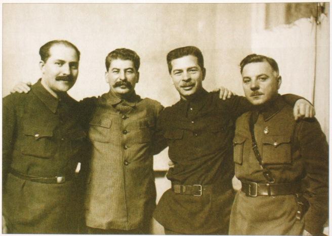 Quatro assassinos - Lazar Kaganovich, Joseph Stalin, Pavel Postyshev e Kliment Voroshilov em 1934
