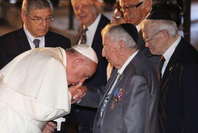 Francisco beija mão de judeus